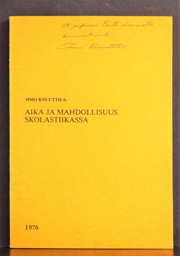 """Simo Knuuttila (1946-) """"Aika ja modaliteetti Aristotelisessa skolastikassa"""" Sisältää myös """"Jumalan mahdollisuuksien lisääntyminen keskiajalla"""" (erillispainos) sekä """"Duns Scotus ja mahdollisuuden 'statistisen' tulkinnan kritiikki"""". Kirjan kannessa tekijän omiste."""